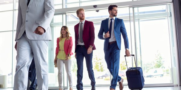 How do men and women travel for business?
